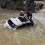 This human being became an example, Hero firefighters rescue woman trapped in flooded car