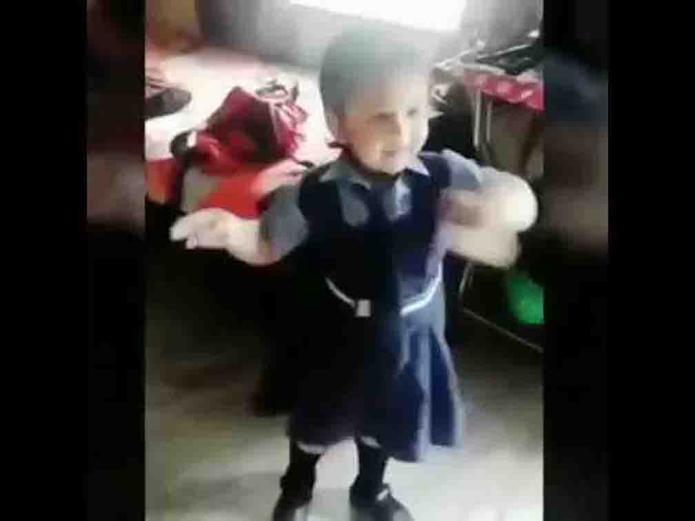girl cute dance on sanju song main badhiya tu badhiya viral video