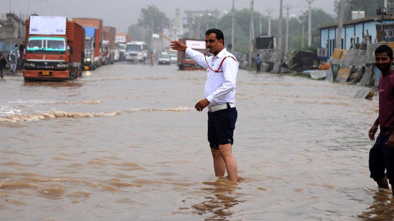 Traffic police trying his best between Heavy Rain, Dabang Traffic Police