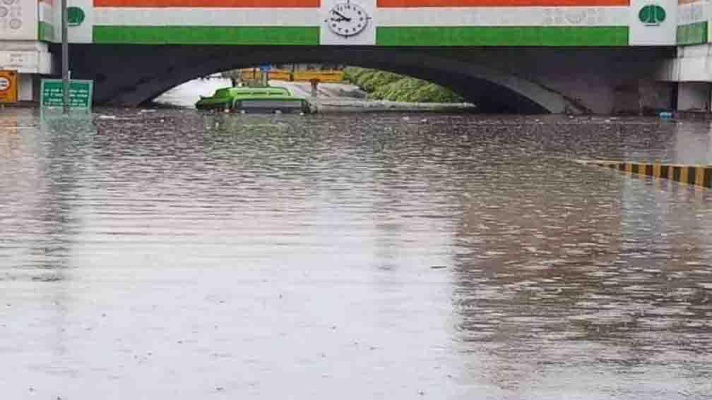 Minto Bridge closed due to incessant rains in Delhi