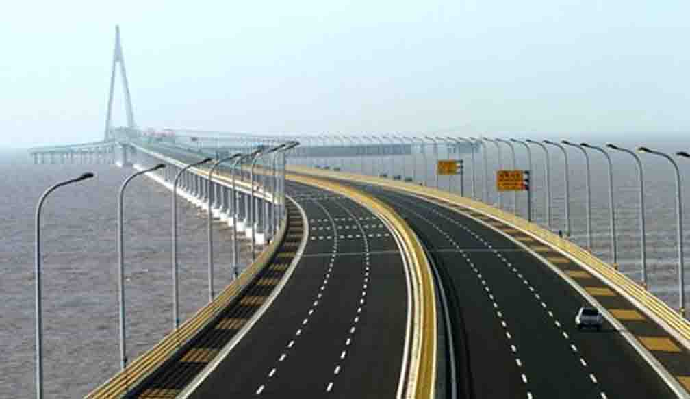 World's first river cross highway and railway bridge installed in China