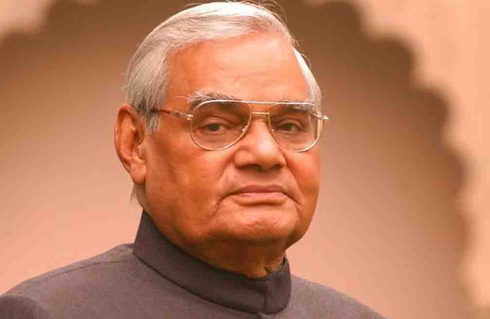 Chief Minister Yogi garlanded former Prime Minister Bajpayee on his death anniversary