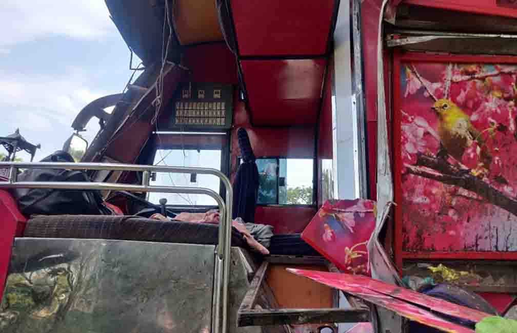 6 laborers killed and more than 20 injured in bus and truck collision