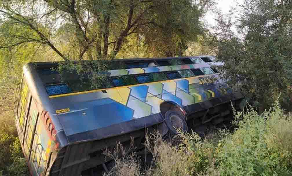 Bus filled with passengers overturned on Jhansi-Kanpur highway