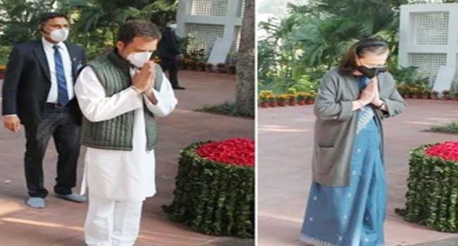 Sonia, Rahul and many other Congress leaders paid tribute to Indira on her birth anniversary