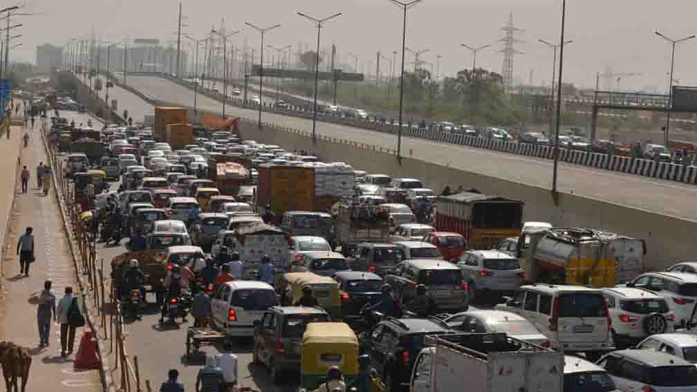 Due to the jam, Delhi residents are facing a lot of trouble today