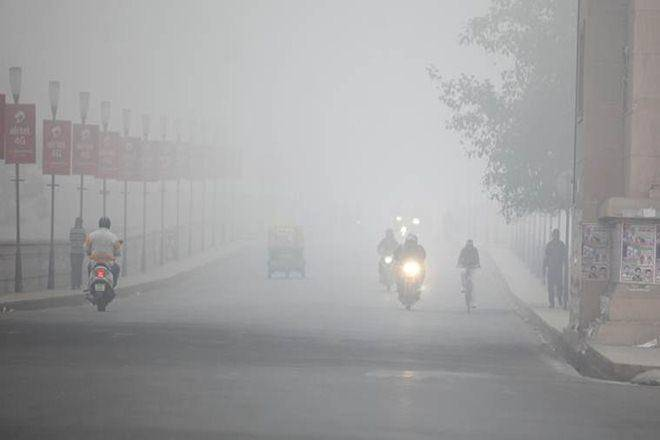 Delhi covered up thick fog in the morning