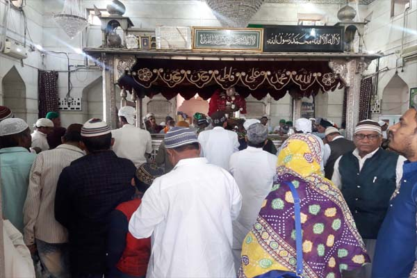 In the Sarwari Dargah, the arrival of the zions continues to be bright