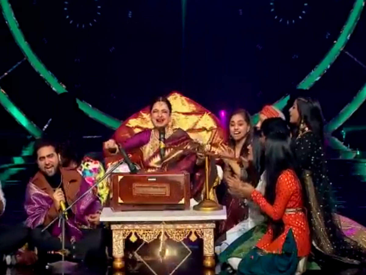 While playing the harmonium, Rekha emulated Amitabh Bachchan like this, all the while watchingWhile playing the harmonium, Rekha emulated Amitabh Bachchan like this, all the while watching